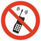 Запрещается пользоваться мобильным телефоном или переносной рацией